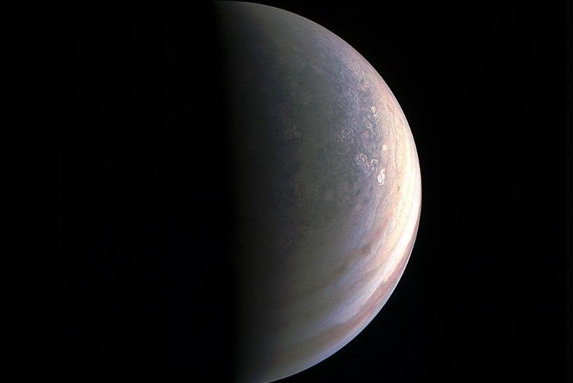 NASA avaldas pildid Jupiteri poolustest: meile avaneb seninägematu maailm