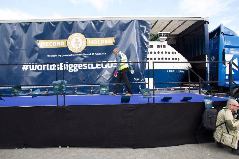 GALERII | Lennusadamas näeb täna maailma suurimat legolaeva