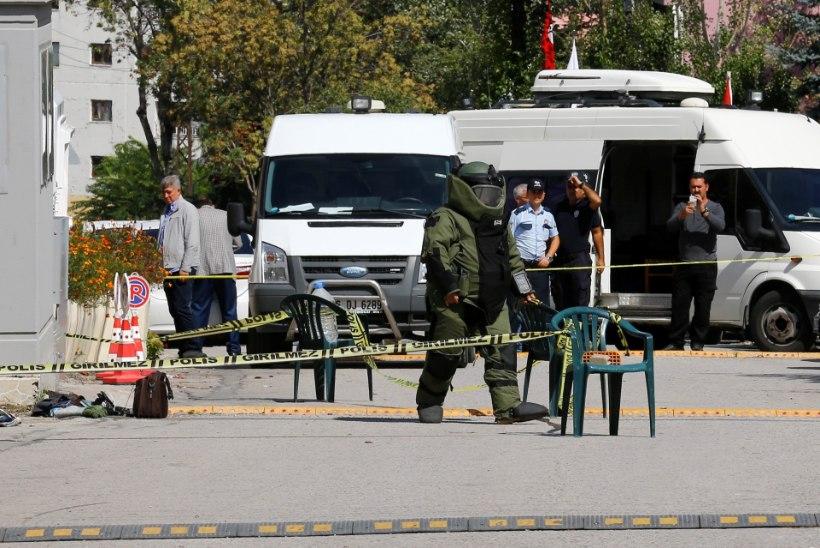 FOTOD | Ankaras üritas noaga relvastatud mees rünnata Iisraeli saatkonda