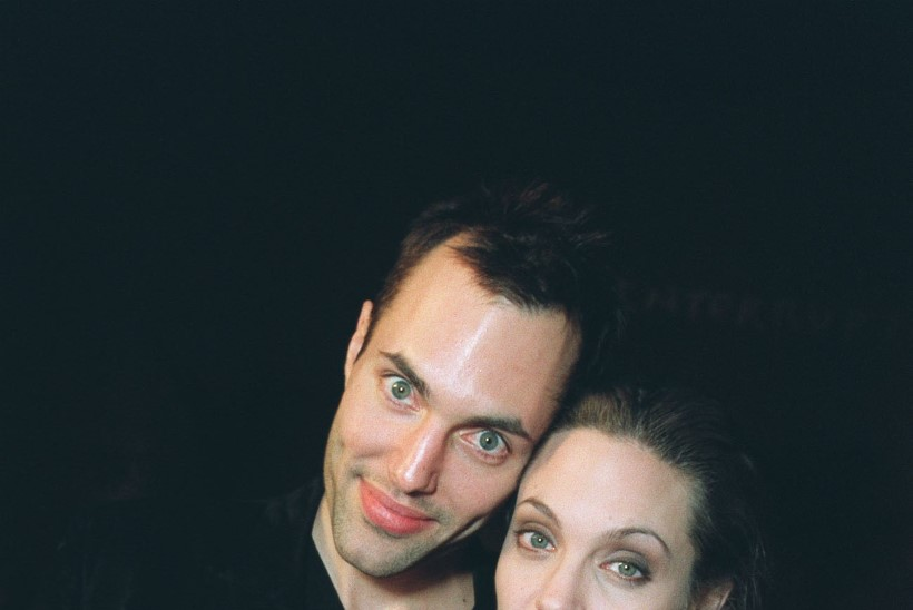 Verega täidetud ripatsid, mäng nugadega, venna suudlemine ja lesbisuhted ehk Angelina Jolie veider armuelu