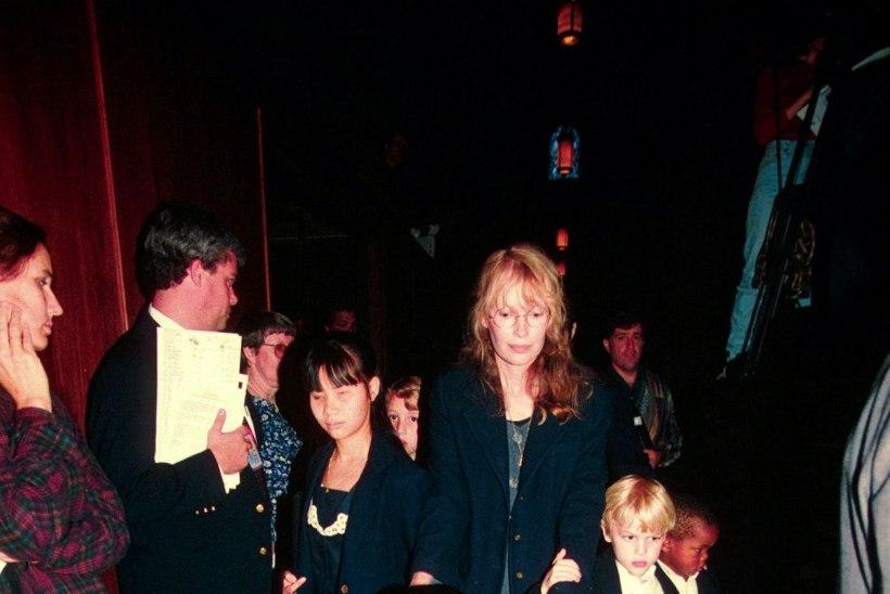 Mia Farrow leinab hukkunud poega