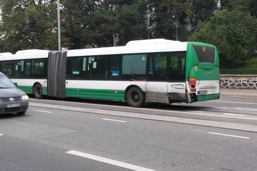FOTOD JA VIDEO | Viru peatuses sai buss trammilt löögi, liiklus on häiritud