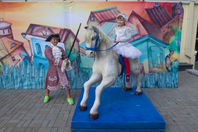 LAADALISEST PRINTSESSIKS: Estonia teatrilaadal pandi müüki 12 kärutäit kostüüme