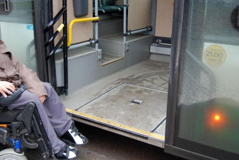 Bussijuht appi ei tulnud – vajutas gaasi ja jättis ratastoolis inimese peatusesse