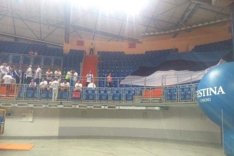 ÕHTULEHT POOLAS | Foto: Eesti korvpallikoondist toetab bussitäis fänne!
