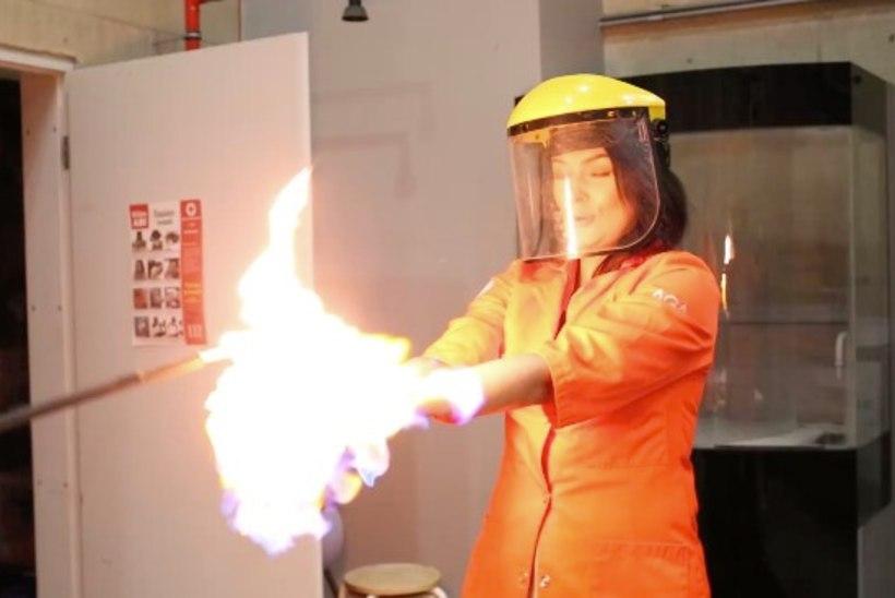 """VIDEO   JULGE TÜDRUK: Grete Klein ehk """"Padjaklubi"""" Laura pani käed põlema"""