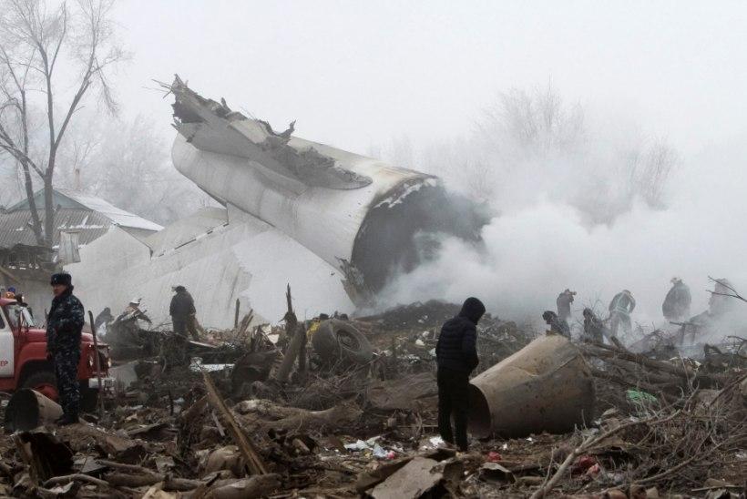 GALERII | Türgi kaubalennuk kukkus Kõrgõzstanis elumajade peale, surma sai mitukümmend külaelanikku