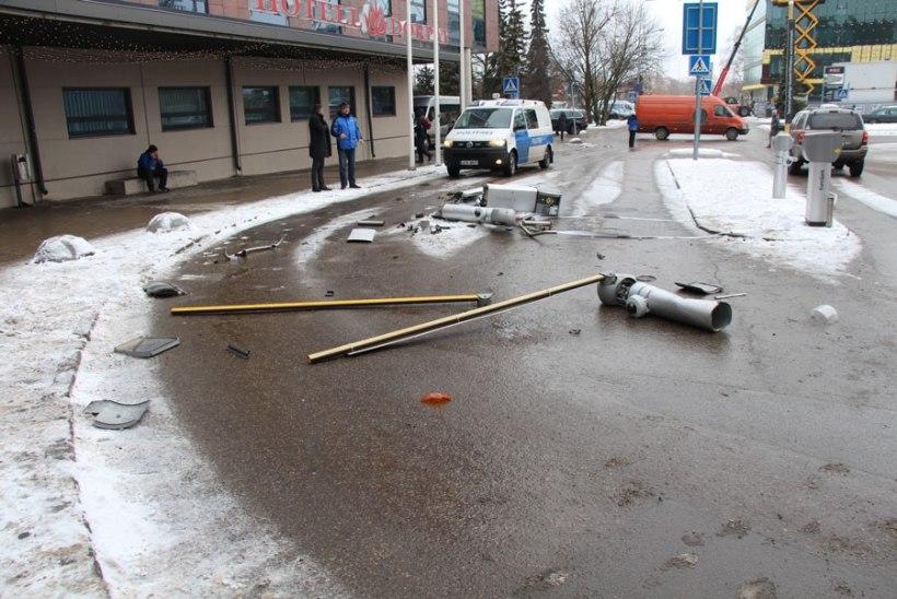 FOTOD JA VIDEO   Purjus kaubikujuht purustas Tartu Tasku tõkkepuud