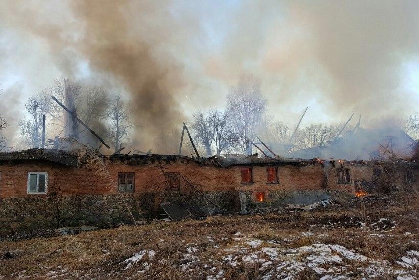 FOTOD | Valgamaal leiti põlevast korteritega mõisahoonest hukkunu