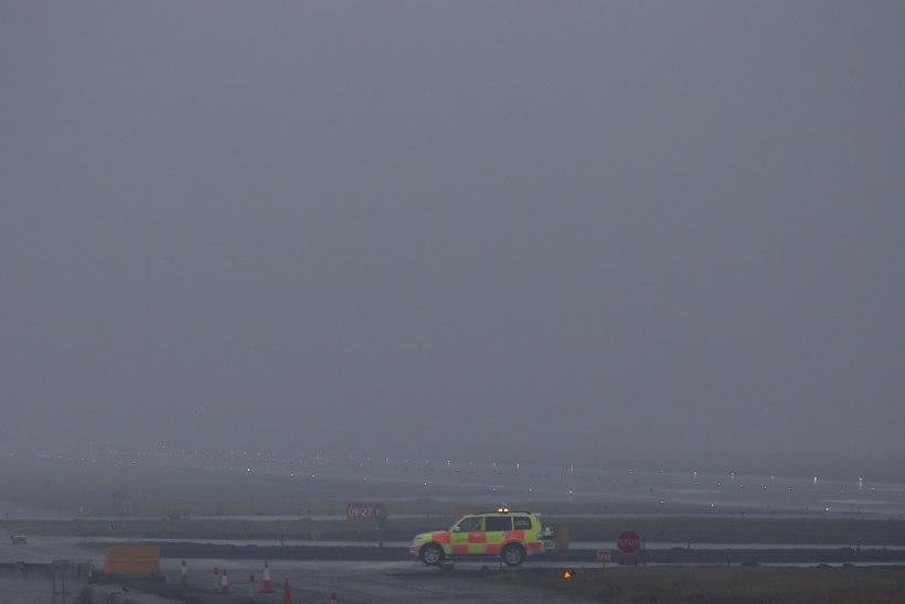Londoni lennujaamad on teist päeva udu küüsis
