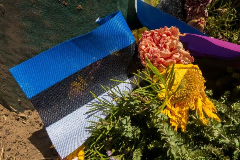 ÕHTULEHT AUSTRAALIAS | Eesti lipp ja määrdunud päikeseprillid mälestavad Warwicki maanteel hukkunud eestlast