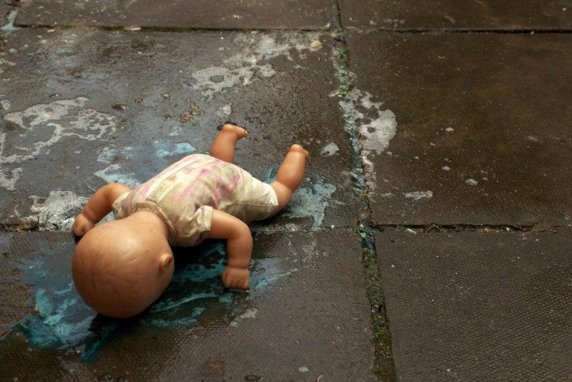 Lätis suri üheksakuune tüdruk isa-ema laiba kõrval nälga