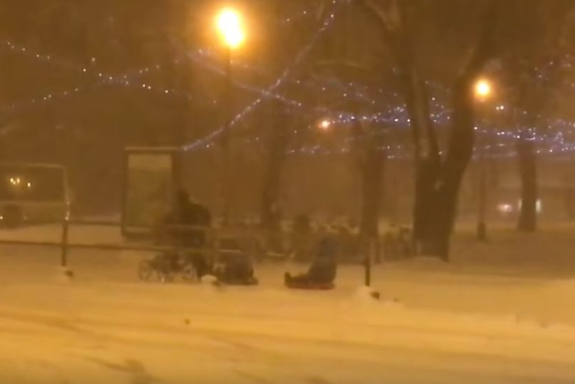 VIDEO | Naismuusik näitas ilmataadile, kuidas asjad käivad: mis see ära pole kolme last läbi lumetormi vedada!