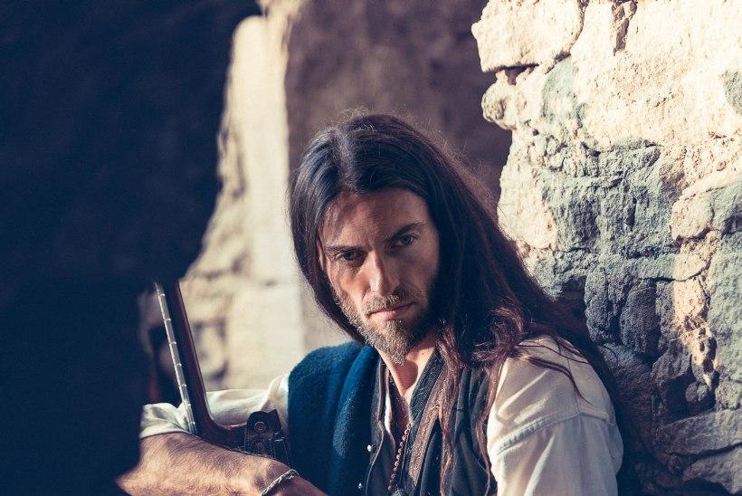 VIDEO   Tallinnas esinev Estas Tonne musitseerib tänavatel, festivalidel, kõrbetes, templites ja isegi koobastes