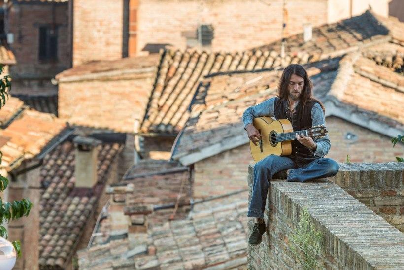 VIDEO | Tallinnas esinev Estas Tonne musitseerib tänavatel, festivalidel, kõrbetes, templites ja isegi koobastes