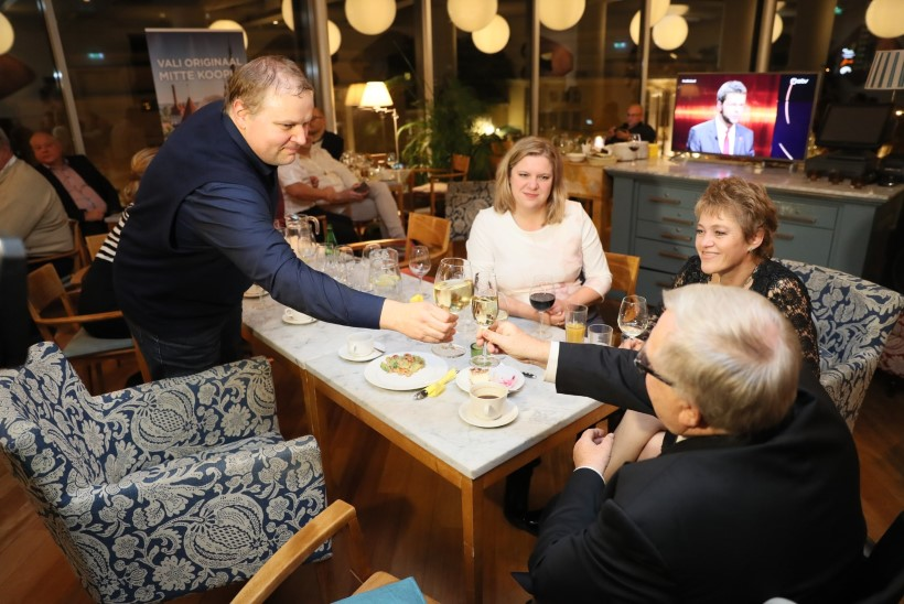 GALERII | Savisaare Valimisliit ja Tegus Tallinn ootavad valimistulemusi ohtra toidu seltsis kohvikus Komeet