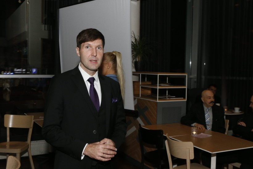 GALERII | EKRE liikmed ja poolehoidjad ootavad tulemusi Radissoni Reval Café's