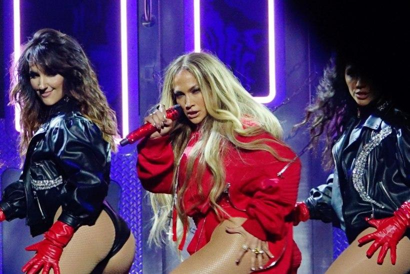 SÄRRRRISEV! Jennifer Lopez väristas kontserdil trimmis kannikaid