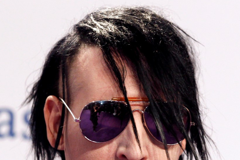 VIDEO | Šokirokkar Marilyn Manson jäi raske lavadekoratsiooni alla