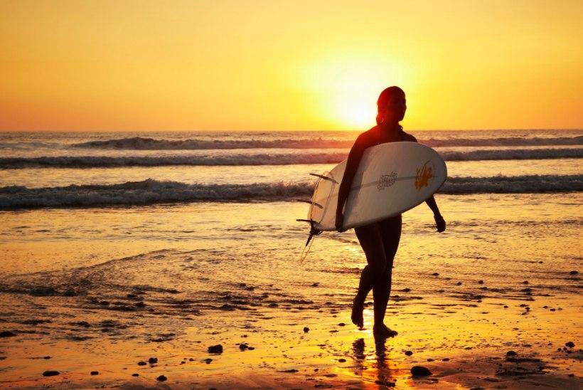 TAASKASUTUS CALIFORNIA MOODI: mees tegi suitsukonidest surfilaua