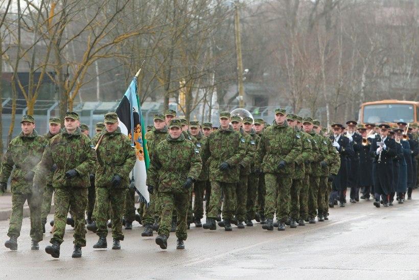 LIIKLUS HÄIRITUD | Tallinna sõdurid marsivad aastapäeva puhul Raua tänavale