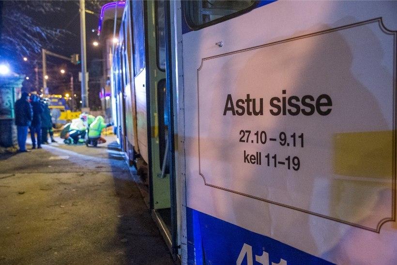 GALERII | Estonia kõrvale ehitati õhtuhämaruses trammitee koos trammiga