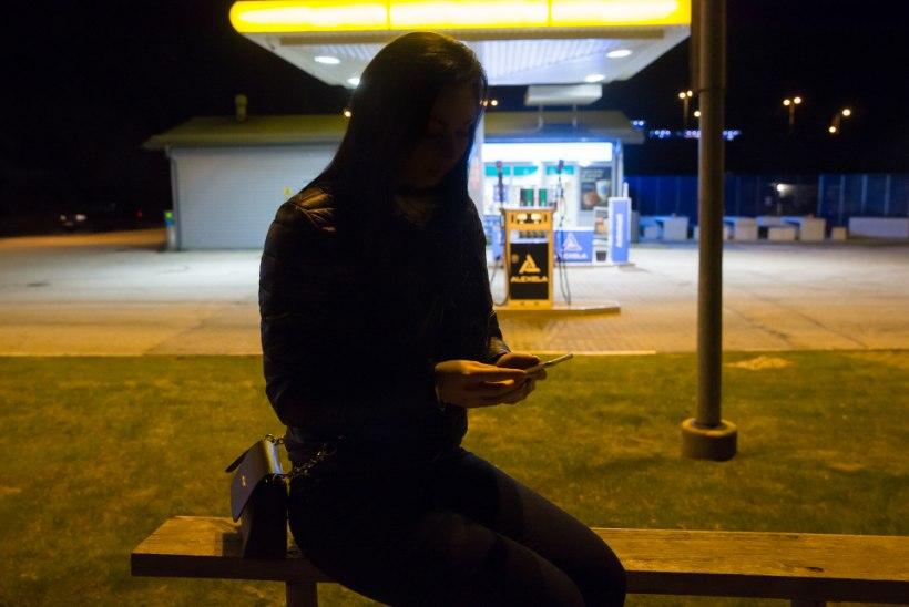 Limusiinisõidu ootamatu lõpp: joobes naisel tuli külmal sügisööl mööda maanteed koju kõndima hakata