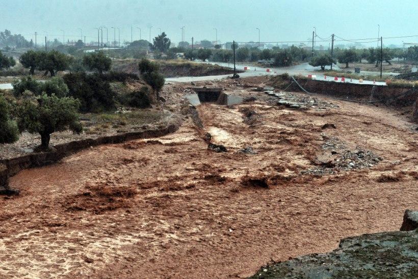 FOTOD JA VIDEO | Ateena lähiümbrust on tabanud piibellike mõõtmetega üleujutused