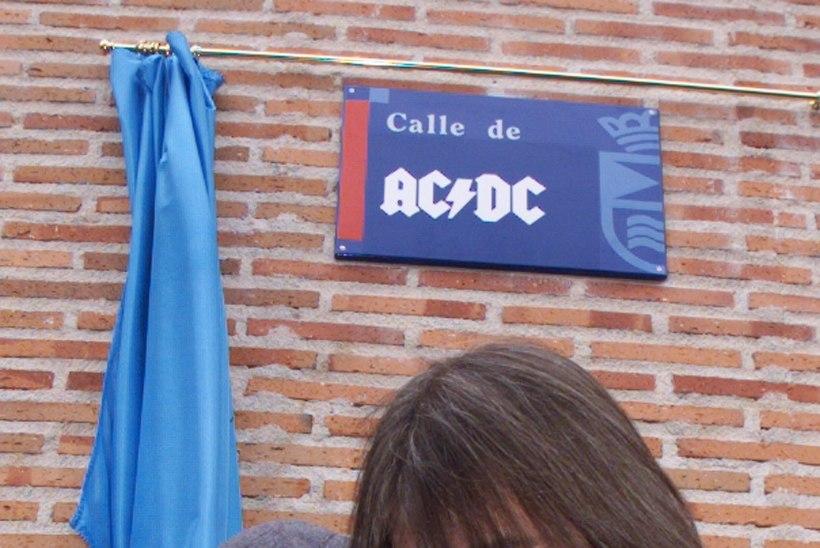 Suri AC/DC legendaarne kitarrist ja kaasasutaja