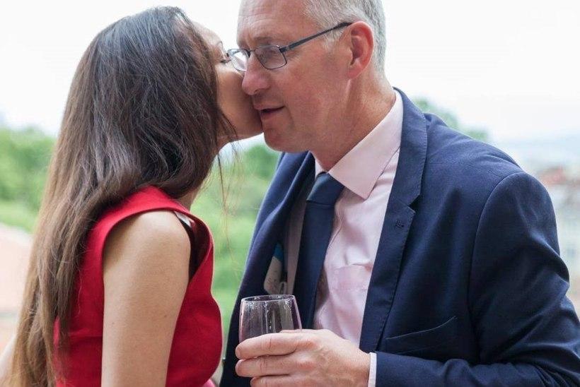 SUHE LÕPLIKULT LÄBI? Lembit Öpik saatis elukaaslasele kogemata foto, millel ta võõra naise rindu suudleb