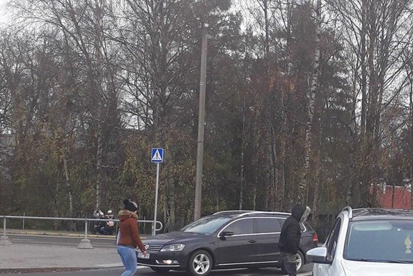Annetuste küsimine Mustamäel: inimene sõitis autoga eemale, annetuse küsija sõiduki küljes rippumas