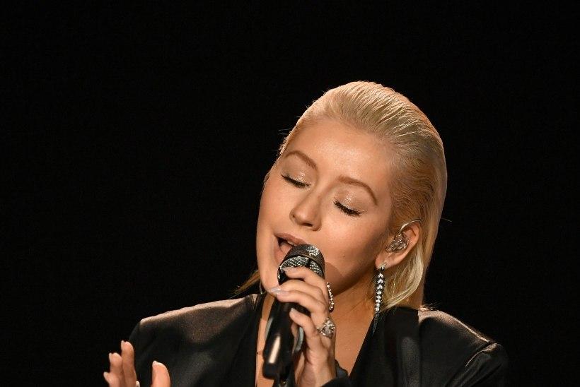 TRANSFORMATSIOON: Aguilera nägu on meigivaba, aga huuled punni süstitud
