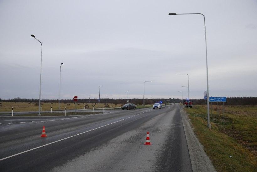 FOTOD | Õnnetus Harku vallas: möödasõitu teinud auto paiskus katusele