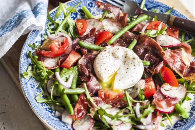"""Salat prosciutto, aedubade ja """"uputatud"""" munaga"""