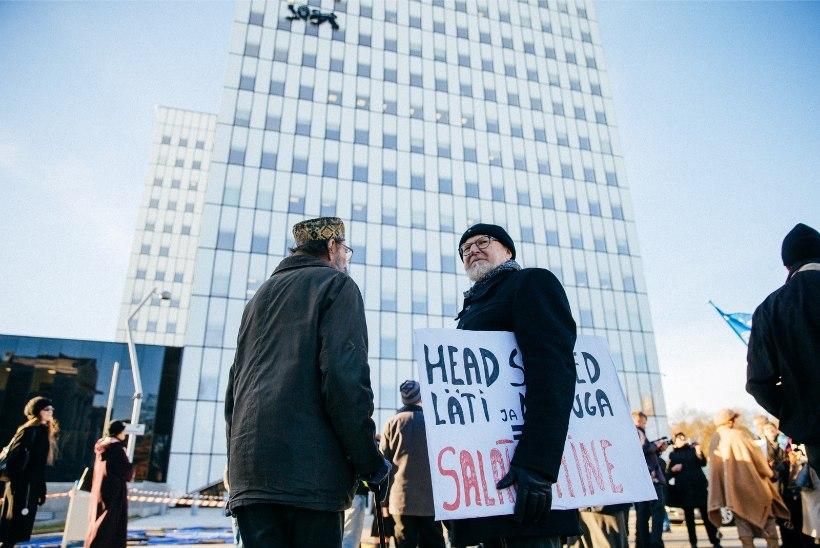 GALERII  ja VIDEO | Rail Balticu salatsemise vastu protestijad sõitsid lasterongiga Simsoni juurde