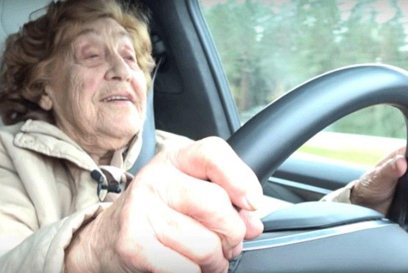 VIDEO | Seni vaid nõukogude autodega sõitnud 92aastane proua proovib Teslat