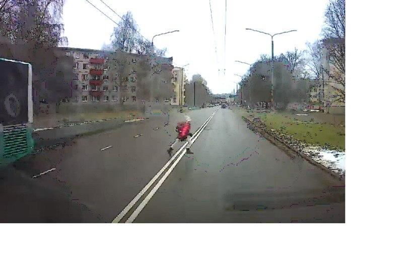 VIDEO | Laps jooksis Tallinnas bussi tagant otse auto ette!