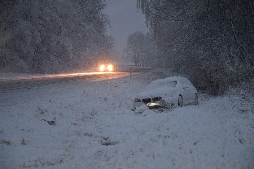 FOTOD | BMW sõitis libedaga kraavi