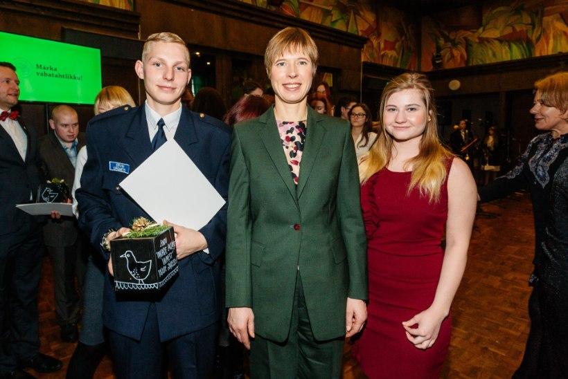 GALERII   Lihulas andis president üle aasta vabatahtliku aumärgid