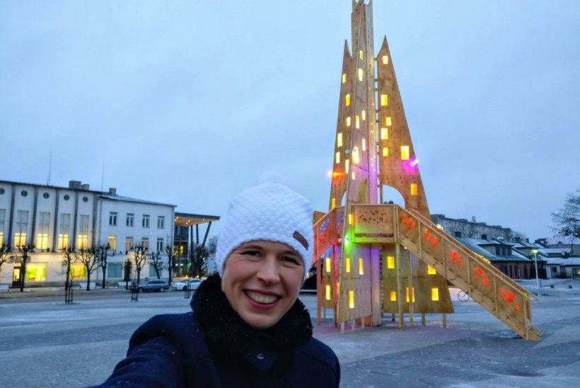 FOTOUUDIS | President Kaljulaid klõpsas Rakvere erilise jõulupuuga selfi