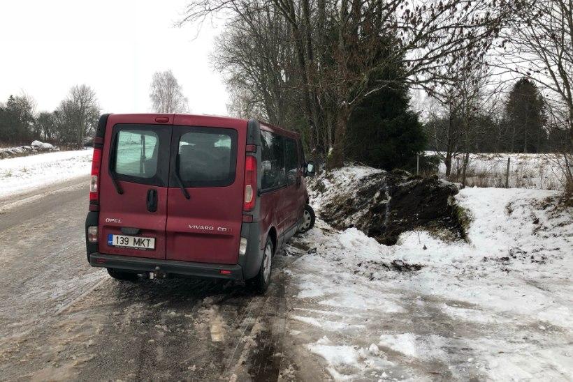 GALERII | Kraavi paiskunud autos sai kannatada kolm inimest