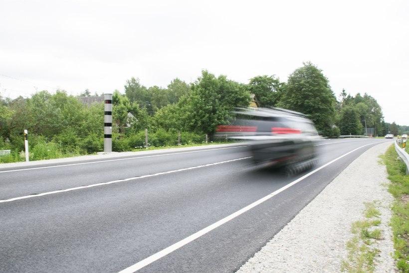 VIDEO   Politseiauto kihutab 211 kilomeetrit tunnis