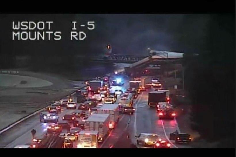 Traagiline liiklusõnnetus USA-s: rong paiskus raudteesillalt maanteele