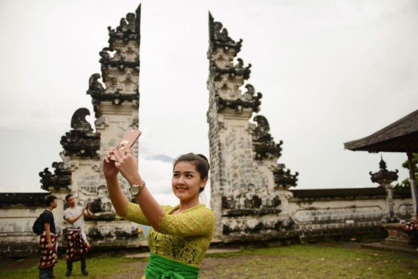 FOTOD   Himurad näitsikud poseerivad Bali purske taustal