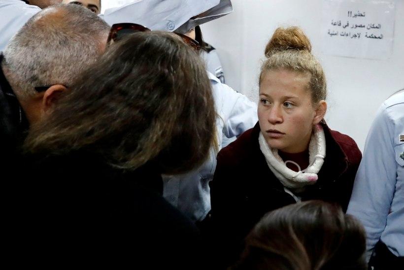 PALESTIINLASED: Iisraeli sõdurit näkku löönud tüdruk on kangelane