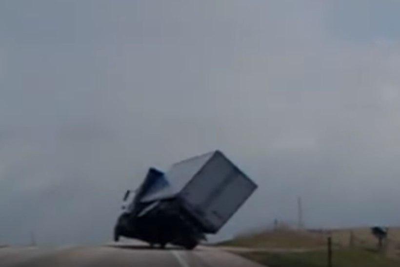 VIDEO | NAPIKAS: vaata, kuidas tormituul veoauto peaaegu uppi keerab
