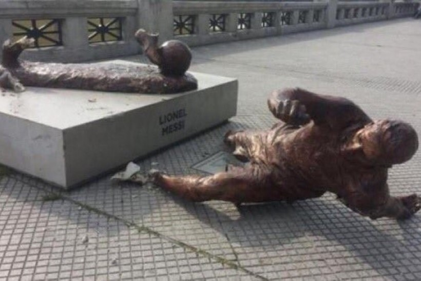 FOTO | Vandaalid lõikasid Lionel Messi skulptuuril jalad alt ära