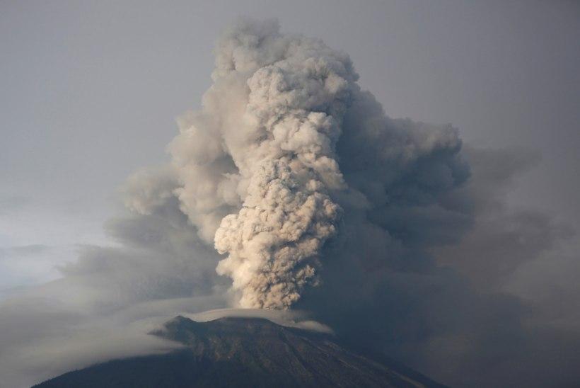 VÕIMAS VIDEO | Bali vulkaan turtsub tuhka ja laavat