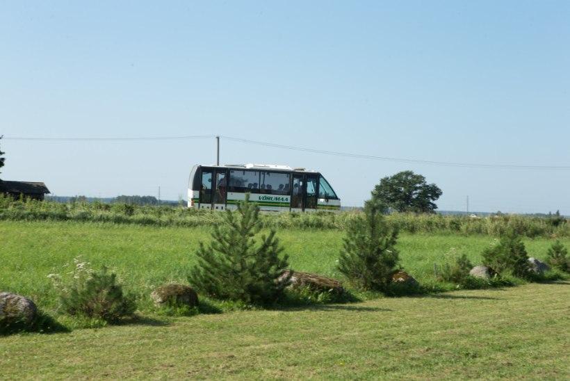 RÄNK MEES: reisija kukkus sõidu ajal bussil ukse eest ära