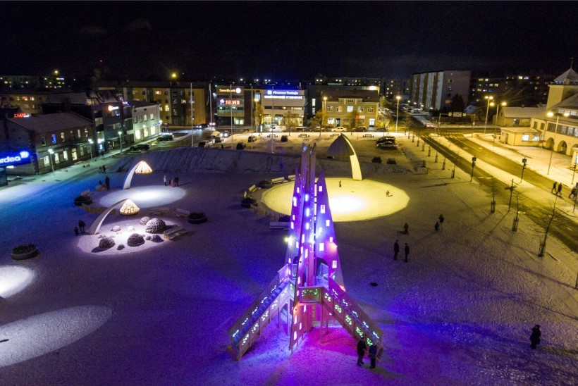 DROONIVIDEO JA GALERII   Rakvere keskväljakule püstitati taas omapärane jõulupuu!